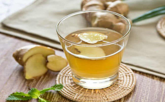 nước gừng nóng với mật ong giúp giã rượu
